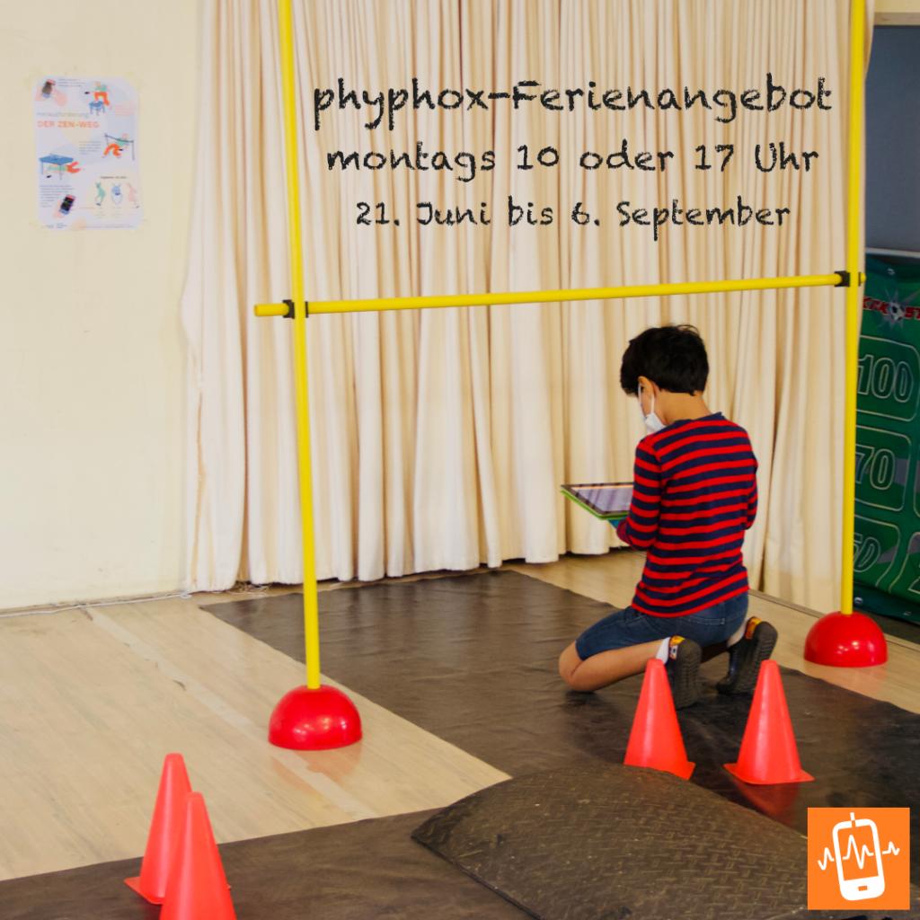 Kind mit Tablet auf einem Hindersparcours in einer Turnhalle; Text: phyphox-Ferienangebot, montags 10 oder 17 Uhr, 21. Juni bis 6. September